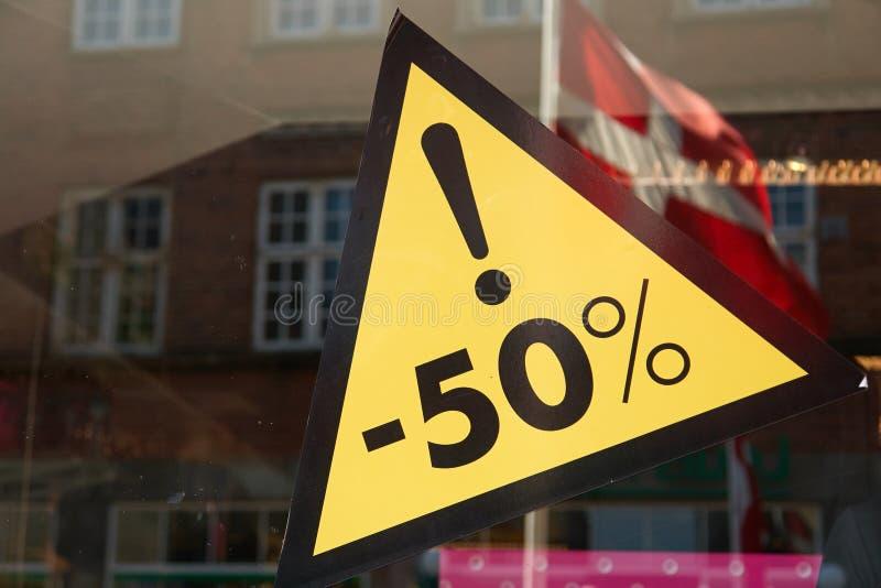 Sale tecken 50 procent av priset fotografering för bildbyråer
