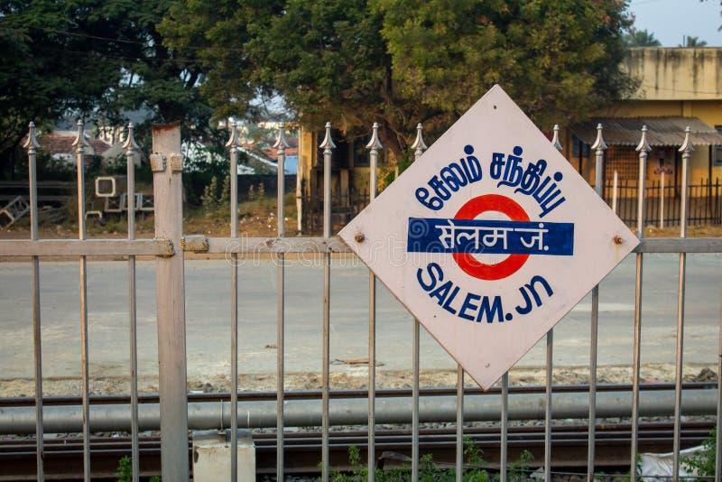Salem, Tamil Nadu / India - 28 de enero de 2020: Cartel en la estación de tren que indica Salem Junction en tamil, hindi e inglés imágenes de archivo libres de regalías