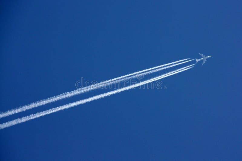 Salendo attraverso il cielo immagini stock libere da diritti