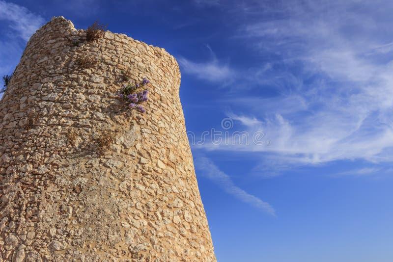 Salentokustlijn: Minervinowatchtower Deze middeleeuwse ruïne wordt gevestigd in Otranto Santa Maria di Leuca Coast en Tricase-Hou stock fotografie