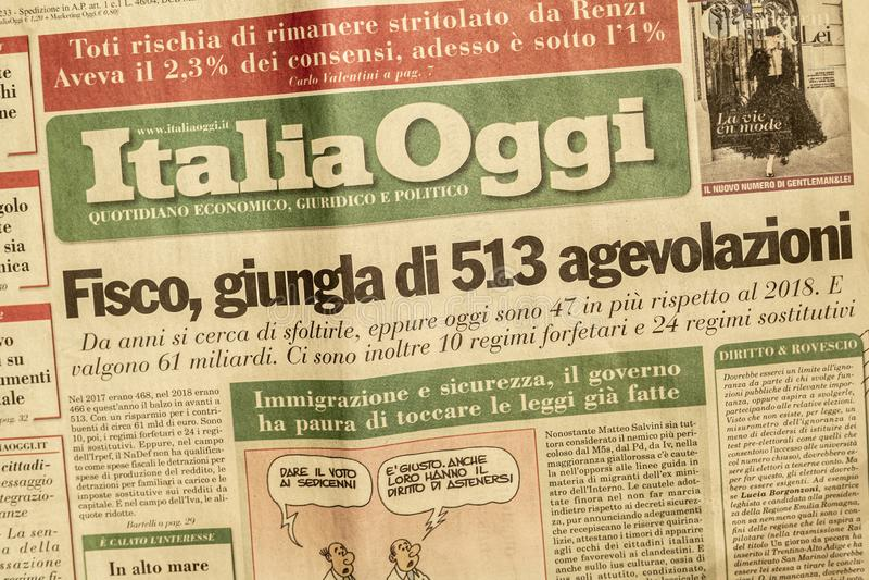 SALERNO, ΙΤΑΛΊΑ - 1 ΝΟΕΜΒΡΊΟΥ 2019: Η σελίδα της ΙΤΑΛΙΑΣ ΣΗΜΕΡΑ μια ιταλική νομική, οικονομική, πολιτική εφημερίδα για ένα κύριο  στοκ φωτογραφία με δικαίωμα ελεύθερης χρήσης