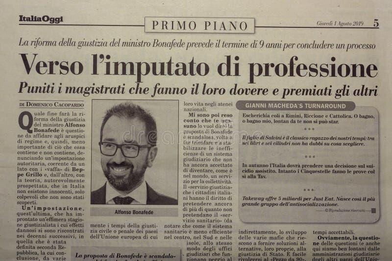 SALERNO, ΙΤΑΛΊΑ - 1 ΝΟΕΜΒΡΊΟΥ 2019: Η σελίδα της ΙΤΑΛΙΑΣ ΣΗΜΕΡΑ μια ιταλική νομική, οικονομική, πολιτική εφημερίδα για ένα κύριο  στοκ εικόνες