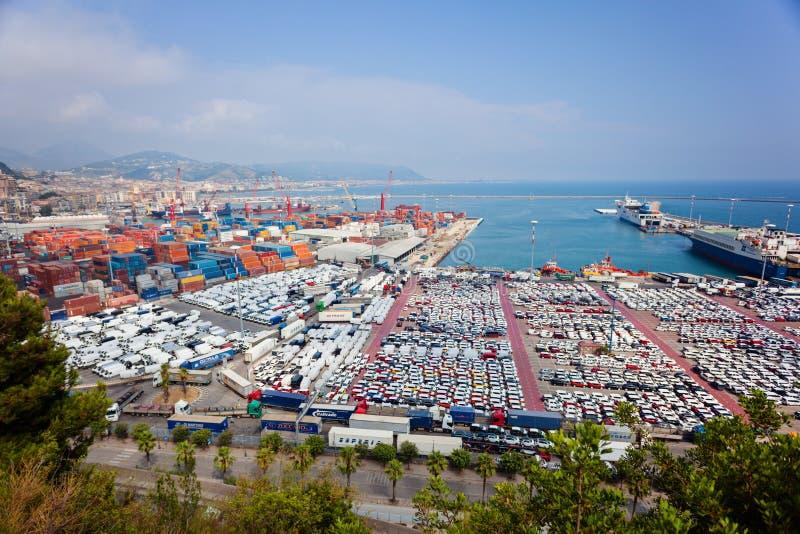 SALERNO, ITÁLIA - 22 de julho de 2015: Porto de Salerno com recipientes, fotografia de stock royalty free