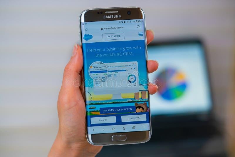 Salesforce-Website am Handy lizenzfreie stockfotografie