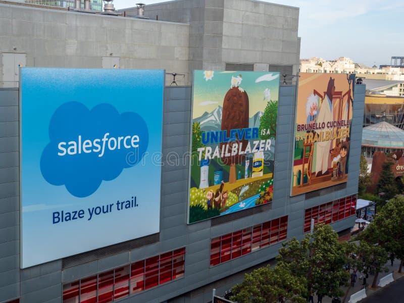 Salesforce z Unilever i Brunello Cucinelli billboardami wiesza w w centrum San Fransisco dla Dreamforce konferenci zdjęcia stock