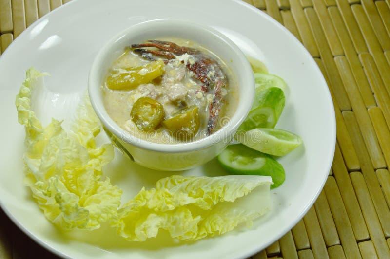 Salez le crabe et le porc haché avec de la sauce à haricot de soja plongeant le légume frais du plat photo libre de droits
