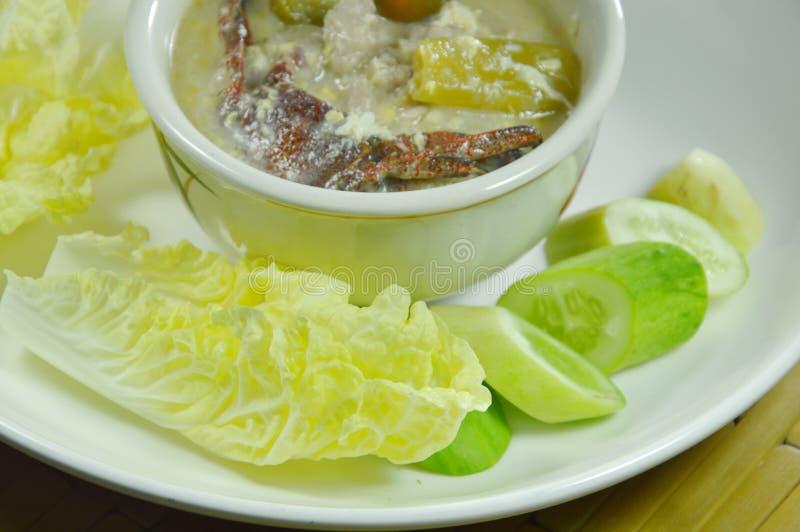 Salez le crabe et le porc haché avec de la sauce à haricot de soja plongeant le légume frais du plat photographie stock