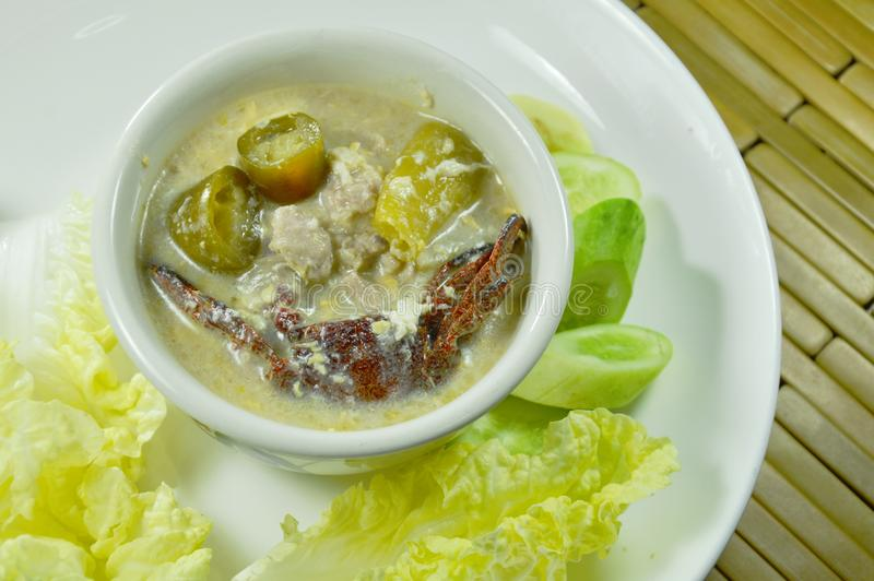 Salez le crabe et le porc haché avec de la sauce à haricot de soja plongeant le légume frais du plat image libre de droits