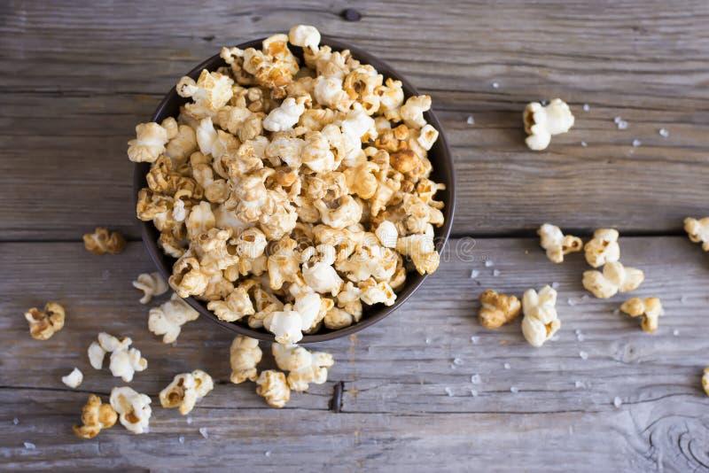 Salez le maïs éclaté sur la table en bois, foyer sélectif, vue supérieure photo libre de droits