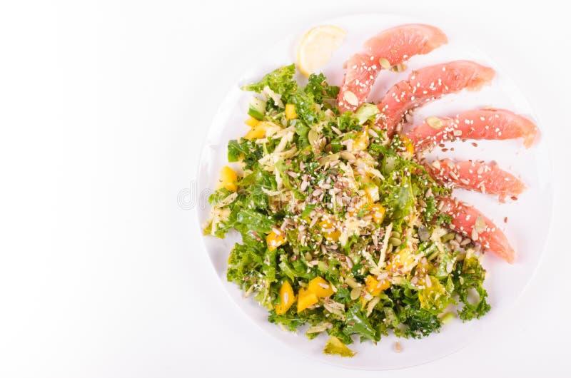Salez les saumons avec de la salade fraîche dans le plat de porcelaine image libre de droits