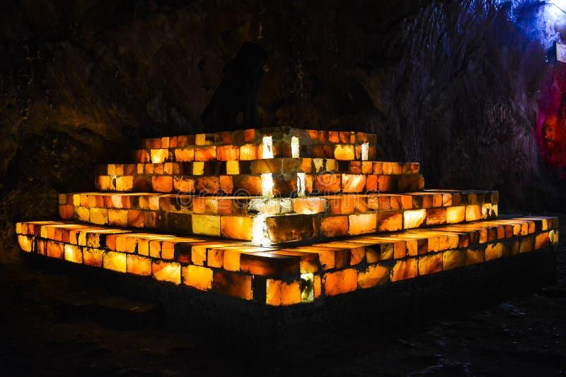 Salez les tuiles et le mien intérieur utilisé par briques de Khewra image libre de droits