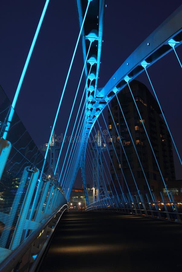 salford quays ночи тысячелетия моста стоковое фото rf