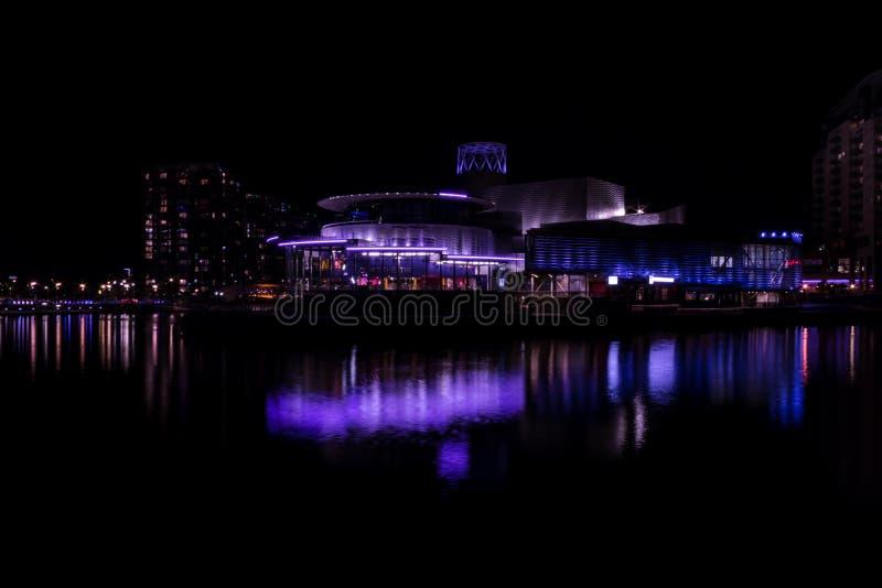 Salfordkaden, Engeland, het UK, 9 Oktober, 2018 een Nachtlandschap die lange blootstelling die van Media City het UK gebruiken be royalty-vrije stock foto