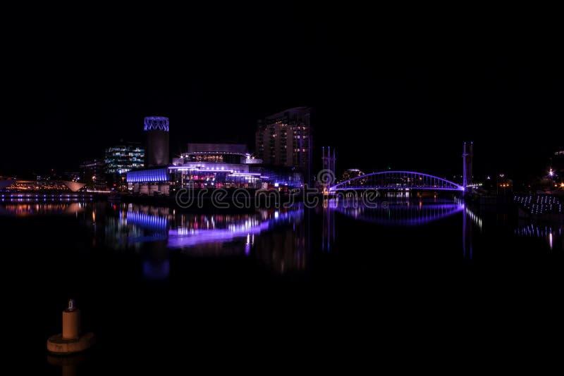 Salfordkaden, Engeland, het UK, 9 Oktober, 2018 een Nachtlandschap die lange blootstelling die van Media City het UK gebruiken be stock foto