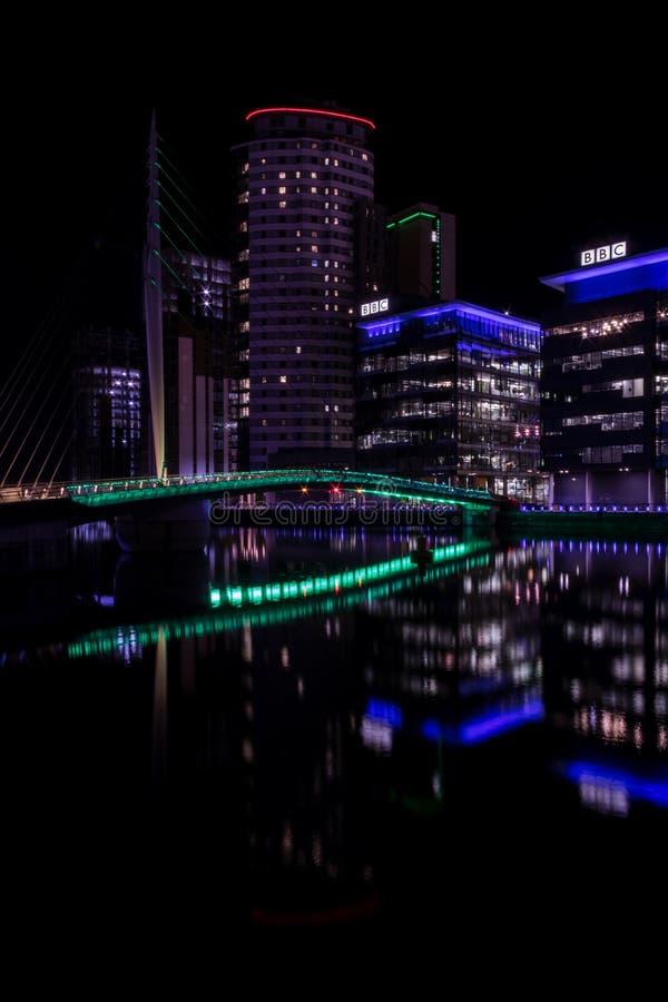Salfordkaden, Engeland, het UK, 9 Oktober, 2018 een Nachtlandschap die lange blootstelling die van Media City het UK gebruiken be stock afbeelding