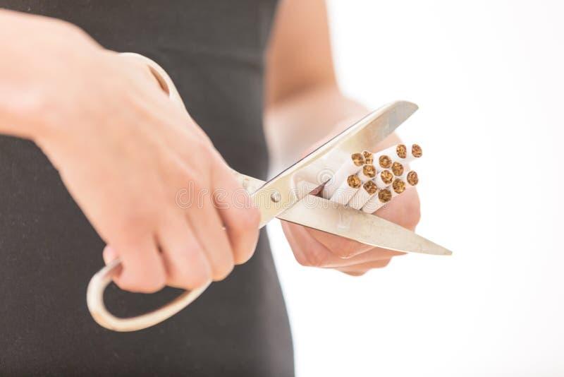 Salga el fumar y salve el dinero El primer de la mujer da los cigarrillos del corte imagenes de archivo