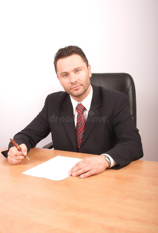 Saliência considerável que senta-se na mesa imagens de stock