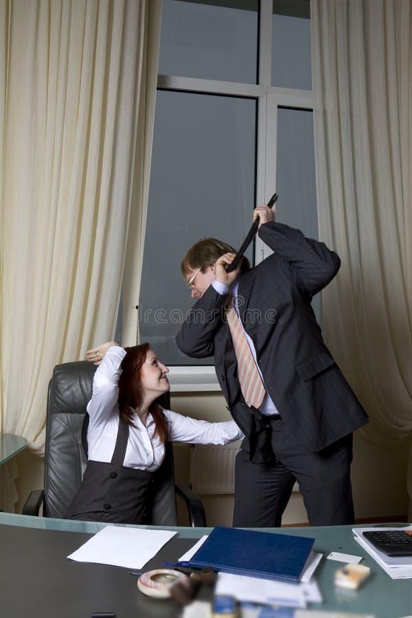 Saliência que tenta bater sua secretária fotografia de stock