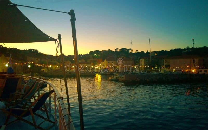 Sali, Croácia - opinião da paisagem da noite da margem de Sali do crui imagem de stock