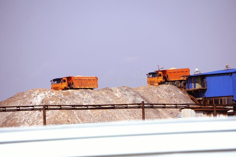 Sali d'estrazione ed estraenti del magnesio e del potassio Montagne a macchina ed enormi del grande escavatore di minerale metall immagini stock libere da diritti