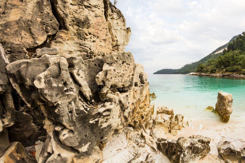 Saliara Wyrzucać na brzeg nazwaną marmur plażę, piękna biel plaża w Thassos wyspie, Grecja Woda i skały zdjęcia royalty free