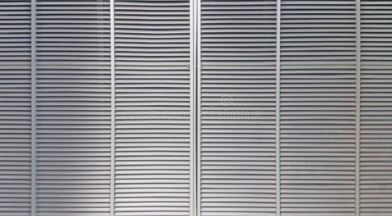 Salida de aire grande de la vuelta del cuadrado localizada en la pared de un cuarto eléctrico del control fotografía de archivo