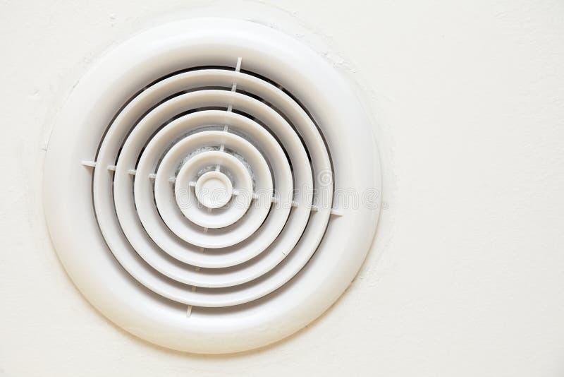 Salida de aire plástica circular en la pared blanca imagenes de archivo