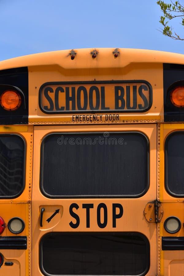 Salida de emergencia amarilla del autobús escolar en la parte posterior del autobús fotografía de archivo