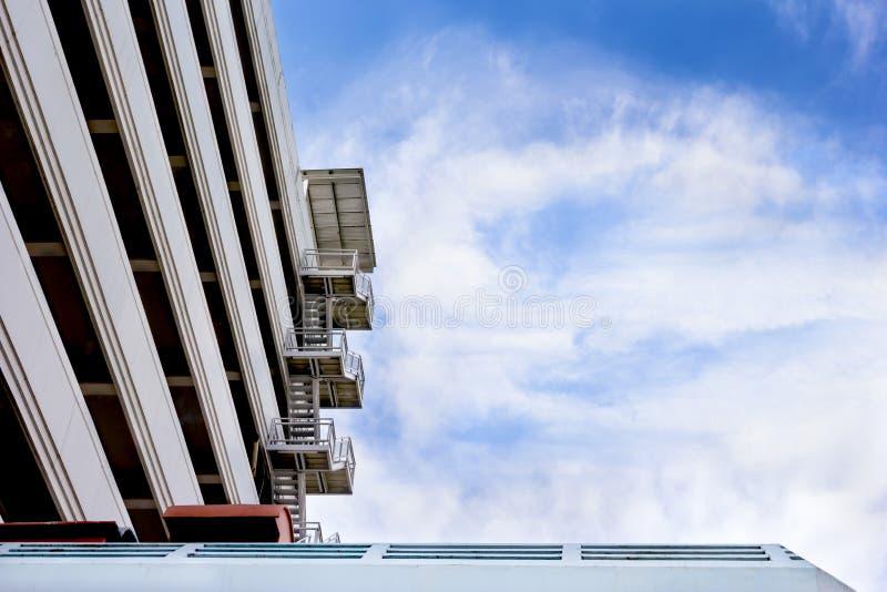 Salida de incendios con el cielo azul y la nube foto de archivo libre de regalías