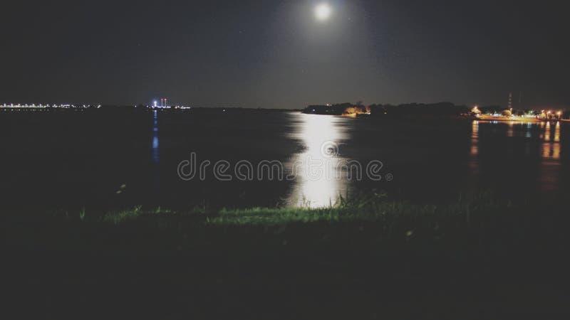 Salida de la luna a la costa del río de Paraguay fotos de archivo libres de regalías