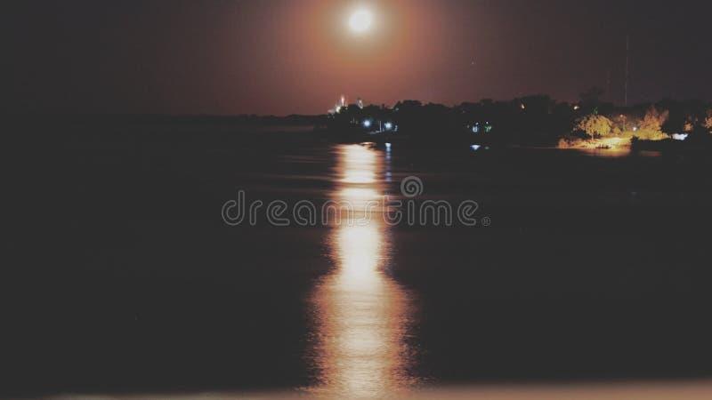 Salida de la luna a la costa del río de Paraguay foto de archivo libre de regalías
