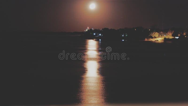 Salida de la luna a la costa del río de Paraguay imagenes de archivo