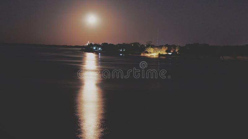 Salida de la luna a la costa del río de Paraguay fotografía de archivo libre de regalías