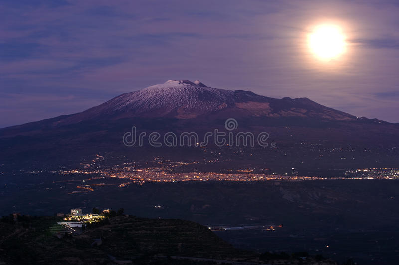 Salida de la luna el Etna imágenes de archivo libres de regalías