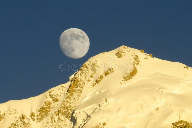 Salida de la luna en la montaña de Himalaya foto de archivo libre de regalías