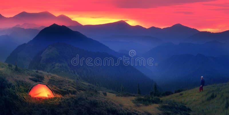 Salida de la luna en las colinas de las montañas foto de archivo
