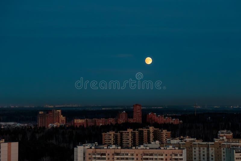 Salida de la luna hermosa, durante la puesta del sol, Zelenograd fotos de archivo libres de regalías