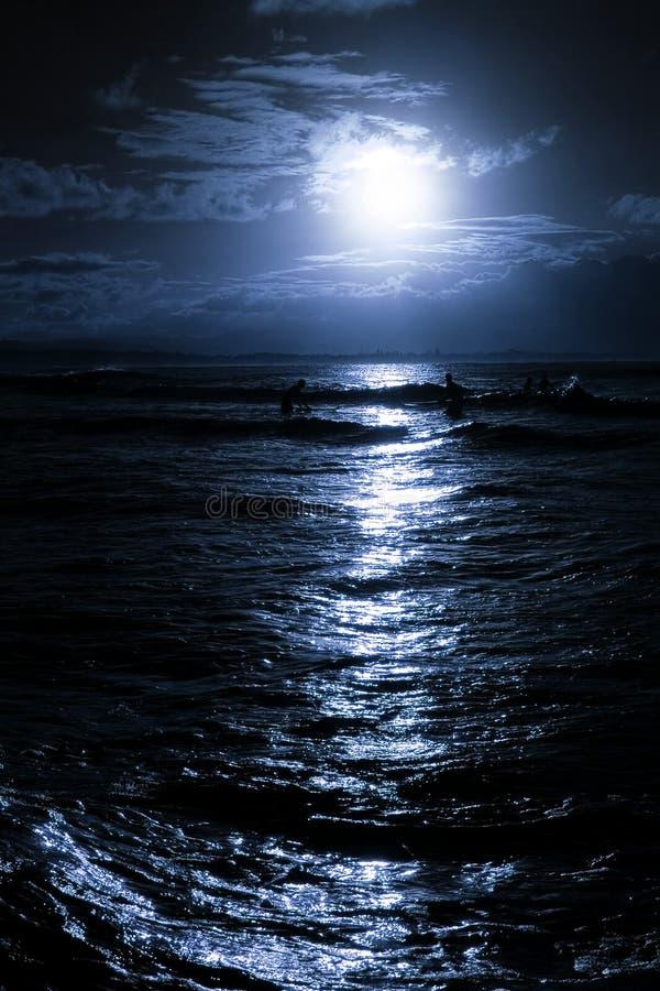 Salida de la luna sobre la playa imágenes de archivo libres de regalías