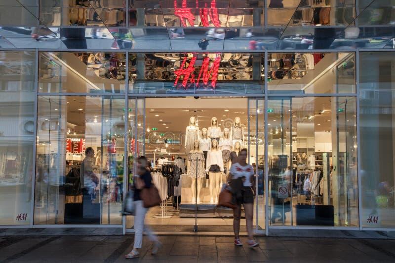 Salida de los clientes de una tienda de H&M en el capital servio, imagenes de archivo