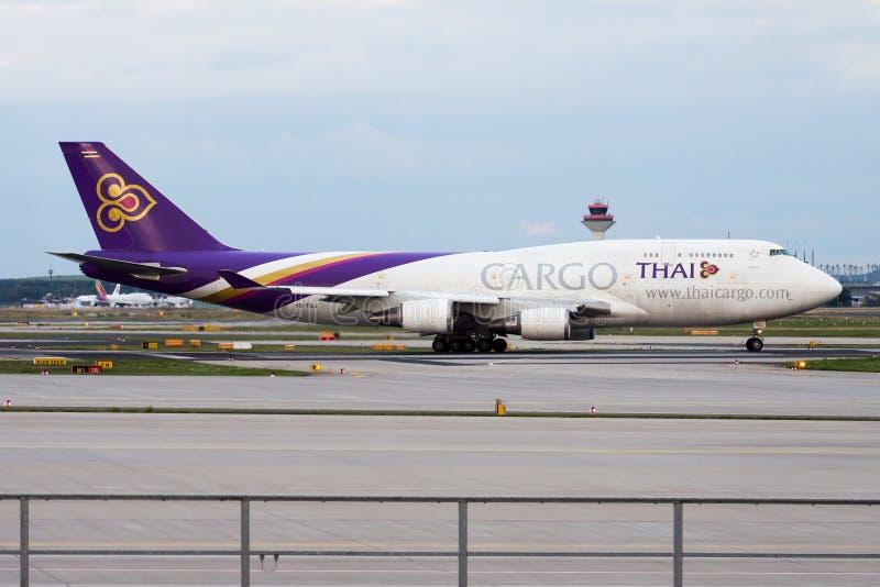 Salida del avión de carga de Boeing 747-400 HS-TGJ del cargo de Thai Airways en el aeropuerto de Francfort imagen de archivo