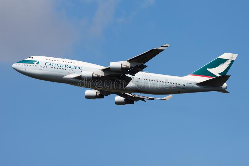 Salida del avión de pasajeros de Cathay Pacific Airways Boeing 747-400 B-HKV en el aeropuerto de Francfort imagenes de archivo