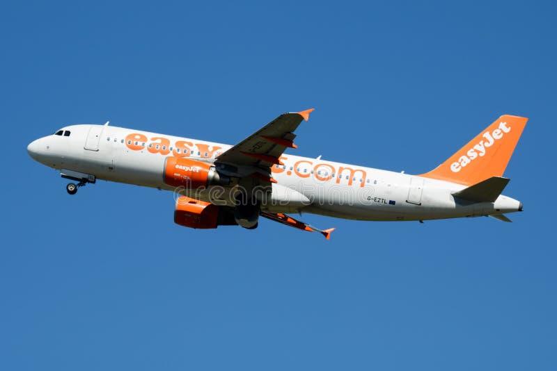 Salida del avión de pasajeros de EasyJet Airbus A320 G-EZTL en el aeropuerto de Madrid Barajas fotografía de archivo