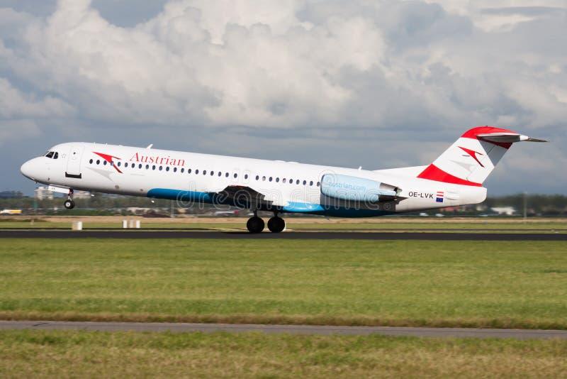 Salida del avión de pasajeros de Fokker 100 OE-LVK de Austrian Airlines en el aeropuerto de Amsterdam Schipol imagen de archivo