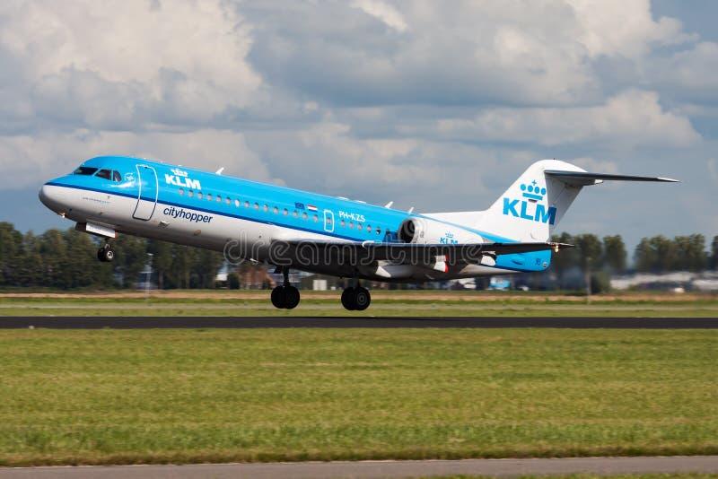 Salida del avión de pasajeros de Fokker 70 PH-KZS de KLM en el aeropuerto de Amsterdam Schipol fotografía de archivo
