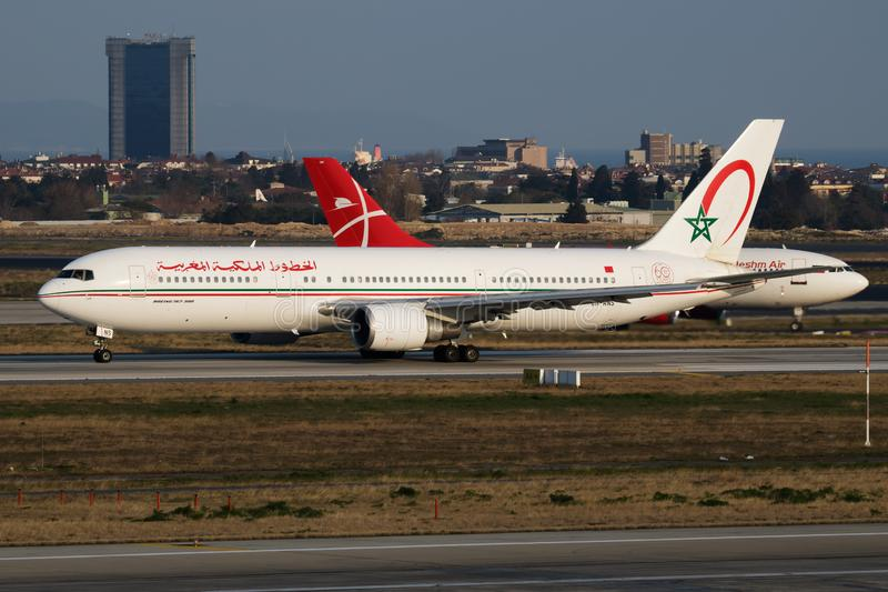 Salida del avión de pasajeros de Royal Air Maroc Boeing 767-300 CN-RNS en el aeropuerto de Estambul Ataturk imagen de archivo libre de regalías