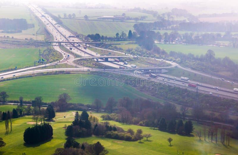 Salida del empalme de la autopista M1 a la opinión aérea del aeropuerto de Luton imagenes de archivo