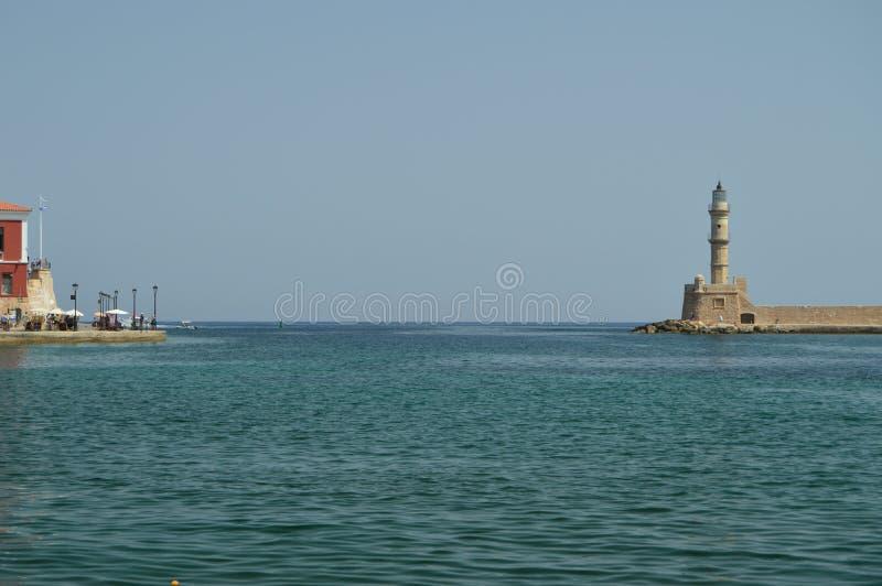 Salida del puerto de Chania con su faro hermoso Viaje de la arquitectura de la historia fotos de archivo libres de regalías