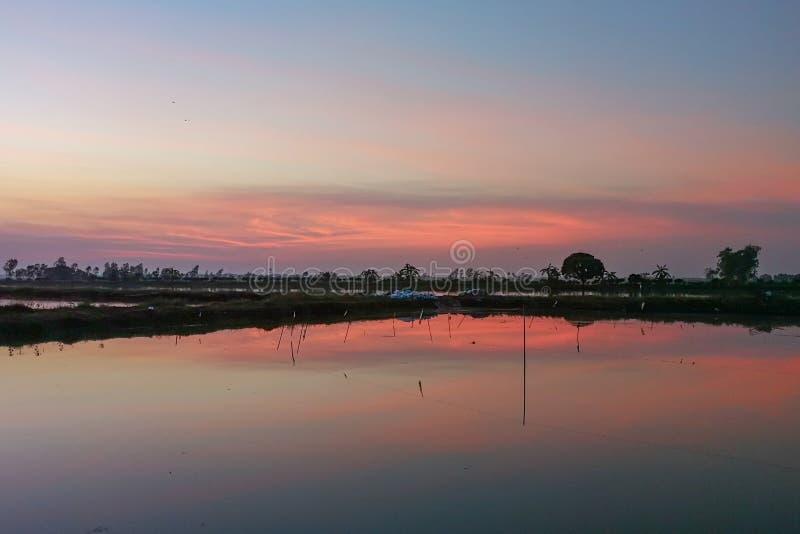 Salida del sol alrededor del área de observación del halcón en Nakornnayok, Tailandia imagenes de archivo