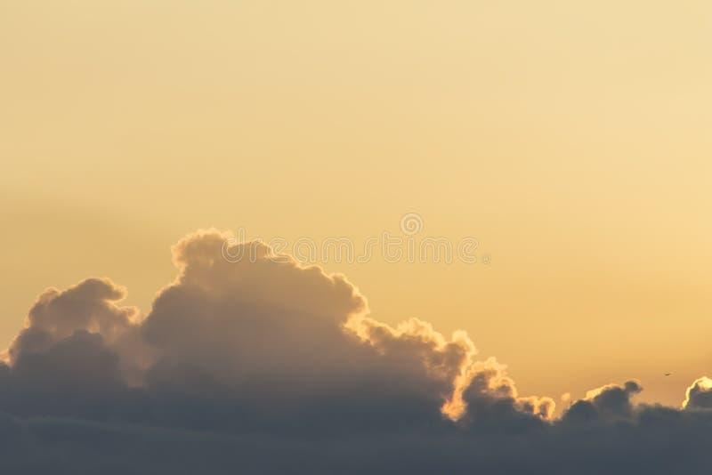 Salida del sol amarilla colorida, nubes y rayos del sol, naturaleza, fondo, paisaje de la puesta del sol imágenes de archivo libres de regalías
