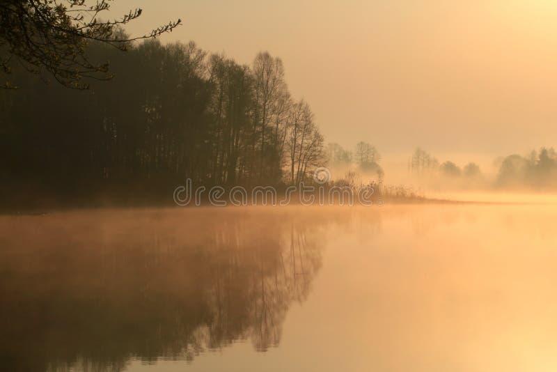 Salida del sol anaranjada apacible hermosa sobre el lago foto de archivo libre de regalías